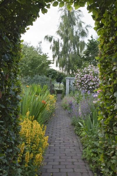 GMH_2013_09_12 Der Weg ist ein Ziel - Mit Stauden umrahmt gestalten auch Wege den Garten