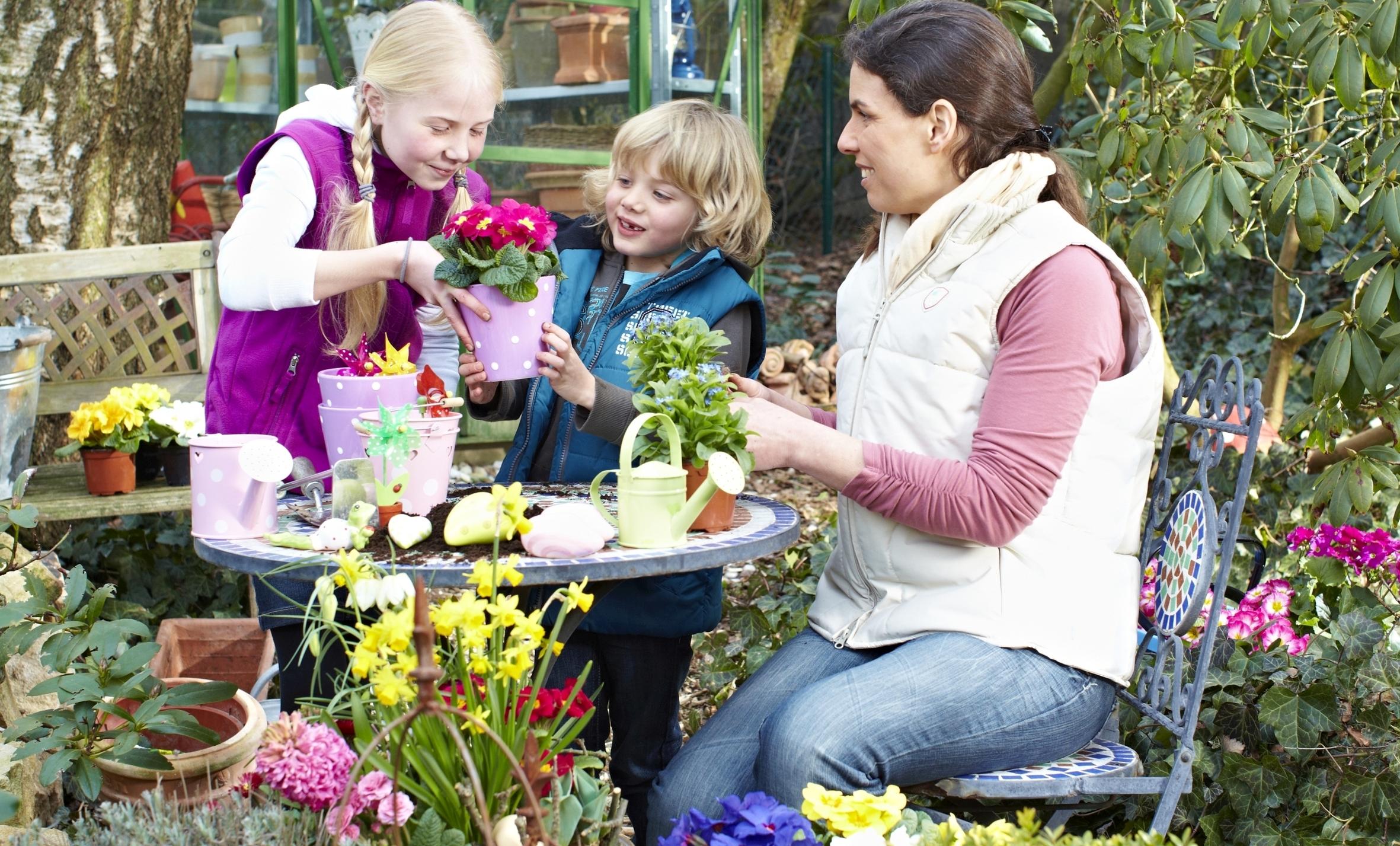 Kinder für die Welt der Pflanzen begeistern: Mit bunten Frühlingsblumen spielend leicht