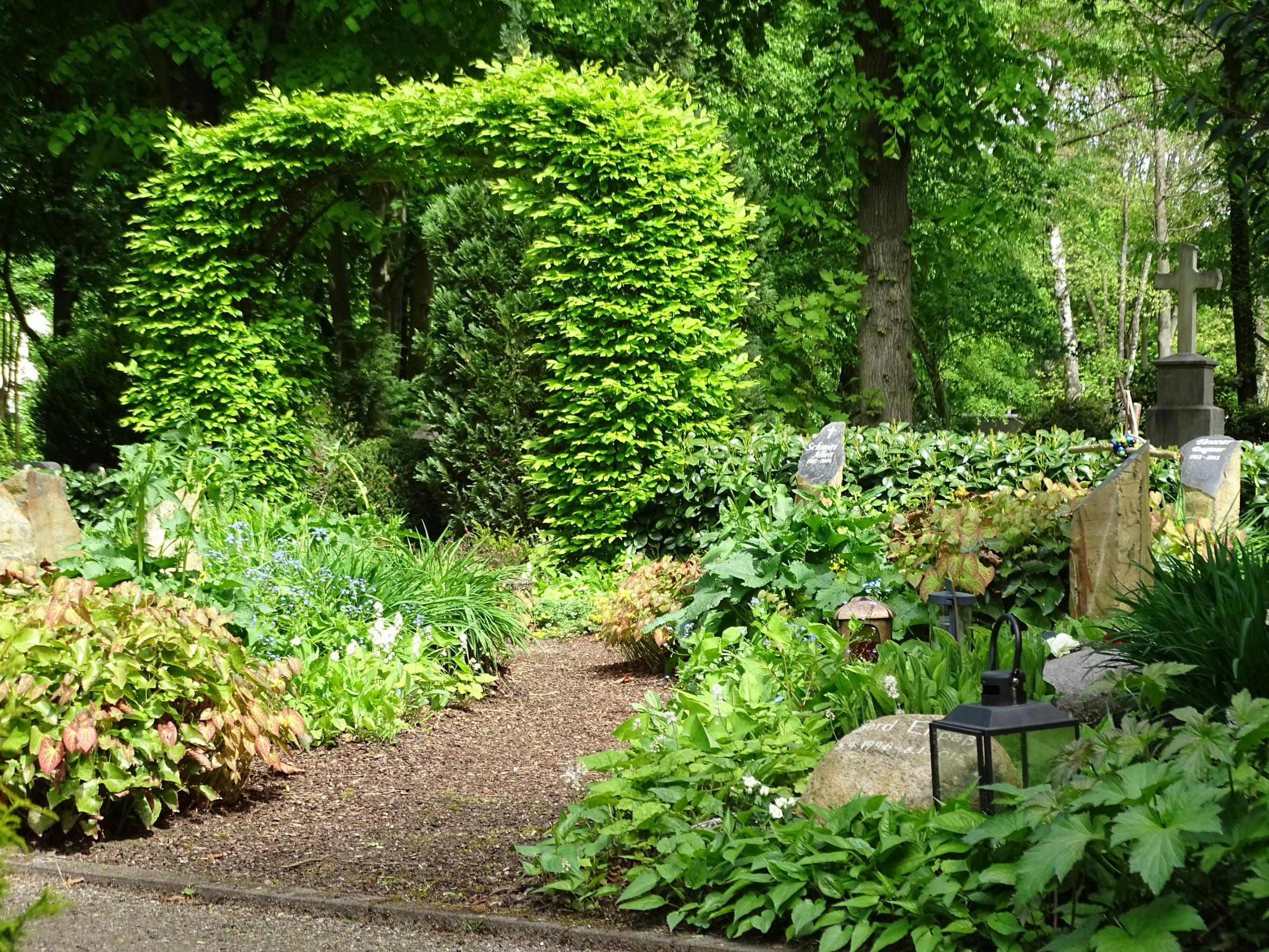 Friedhöfe im Wandel zu Grünen Oasen der Stadt: Naturnahe Grabbepflanzung mit Stauden