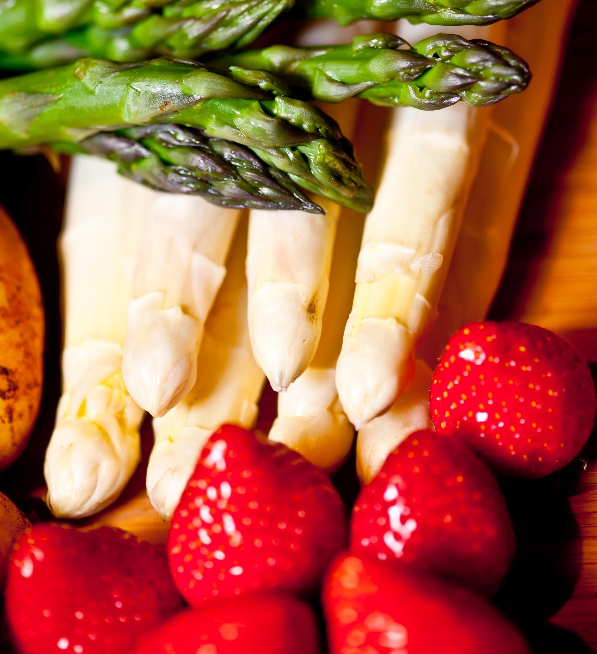 Spargel und Erdbeeren eignen sich bestens für ein köstliches Muttertagsgeschenk