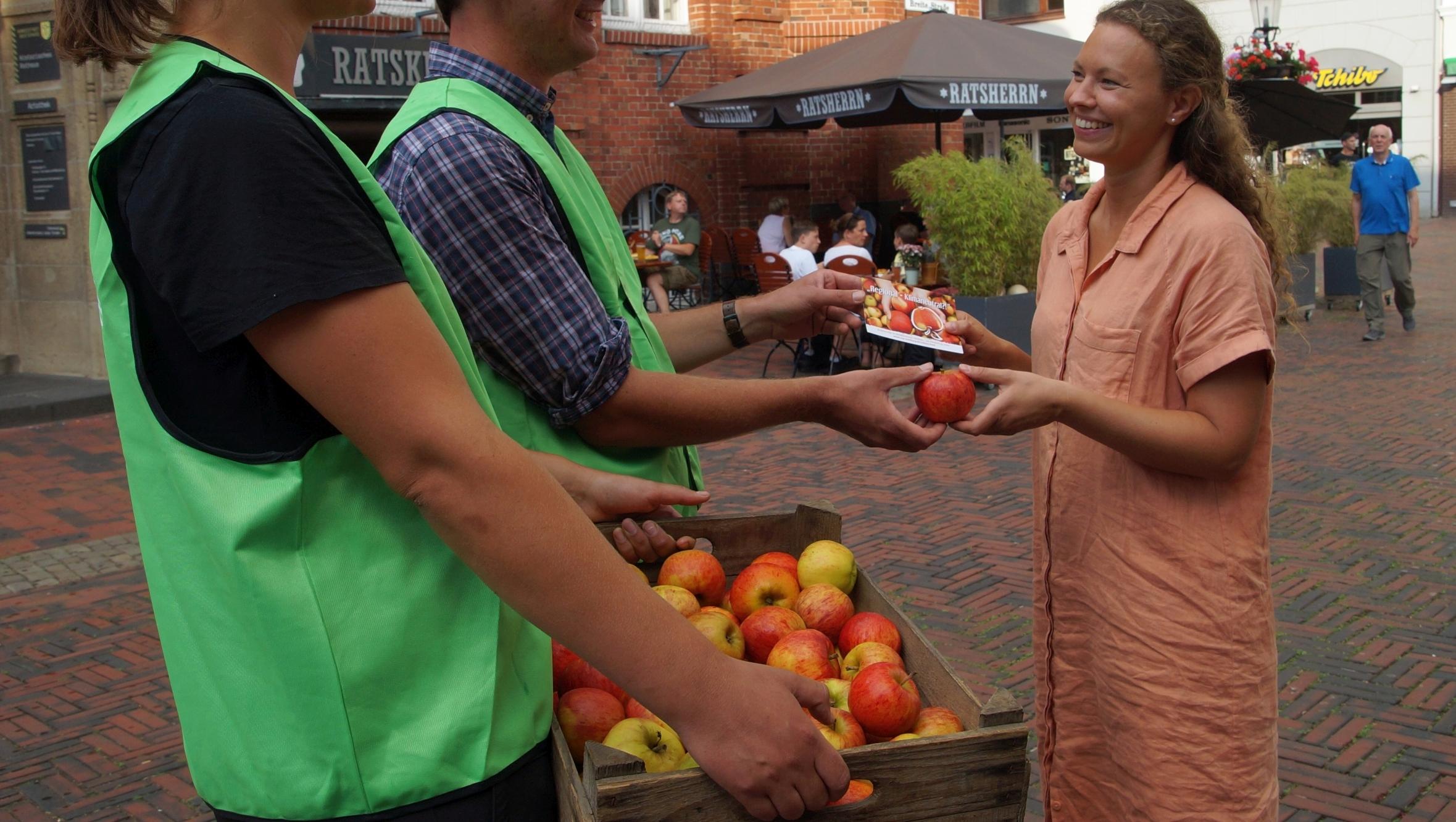 Bundesweite Verteilaktion regionaler Obstbauern in deutschen Städten: Kommen Sie auf einen Apfel vorbei!