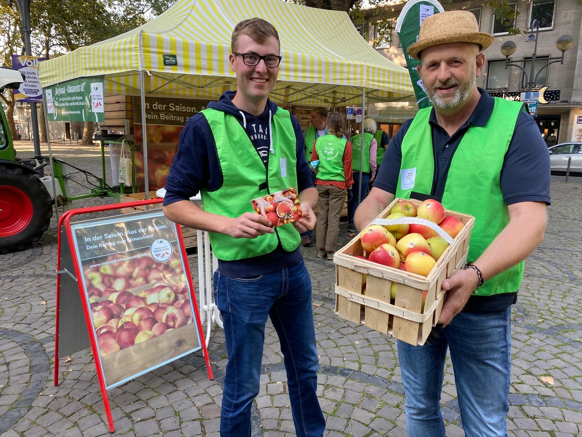 Apfelverteilaktion regionaler Obstbauern stößt auf großes Interesse bei Bürgern